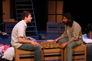 Die zwei Darsteller Zuheir Elia und Nader El Aissami im Zwiegespräch
