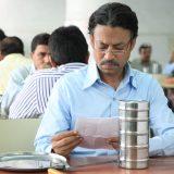 Saajan (Irrfan Khan) liest eine von Ilas Nachrichten (Foto: AKFPL)