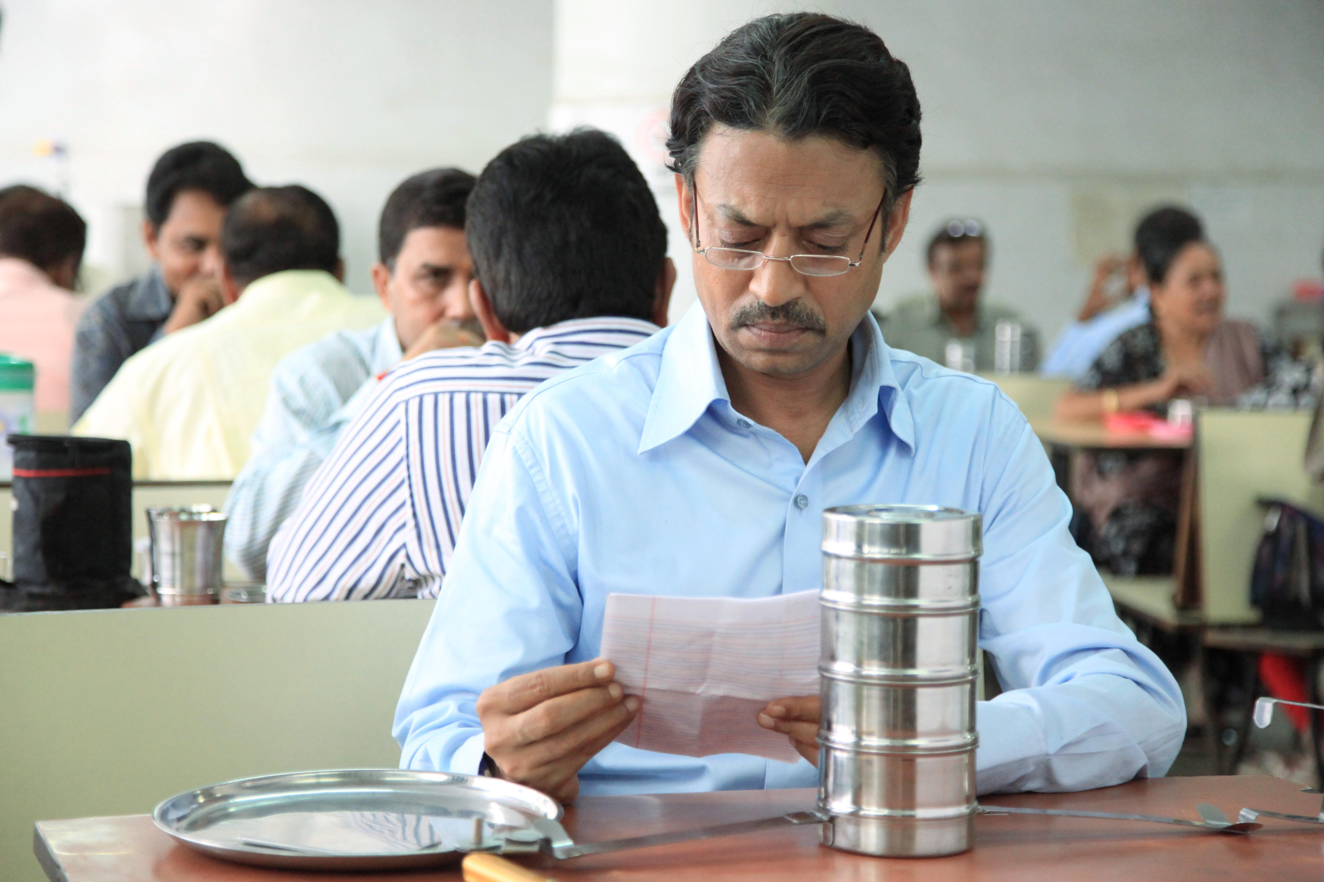 Saajan liest eine von Ilas Nachrichten (Filmstill: AKFPL)