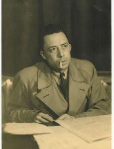 Albert Camus im Jahre 1957 (Quelle und Urheber: Wikimedia Commons/ Ngouidung).