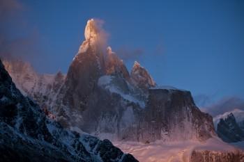 Cerro Torre - ein widerspenstiger Berg. David Lama wagt trotzdem den Aufstieg. (Foto: Corey Rich)