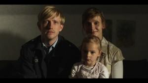 Helfen Sie dieser Familie! Oder schaut wenigstens Philipp Grönings neuen Film mit David Zimmerschied, Chiara Kleemann und Alexandra Finder (vlnr; Filmstill: Philip Gröning)