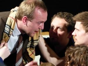 Biedermann (Timo Sestu) gerät in Rechtfertigungsnöte: Der Chor redet ihm ins Gewissen (Foto: Dennis Dreher)