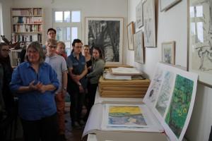 Hilke Ohsoling zeigt einige zeichnerische Arbeiten von Günter Grass (Foto: Victoria Gutsche)