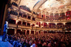 Moderator Michel Abdollahi im Schauspielhaus Foto: Jan Brandes
