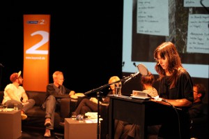"""Lydia Daher liest in der """"Nacht der Poesie"""" aus ihrem Collagenband (Foto: Georg Pöhlein, 2014)"""