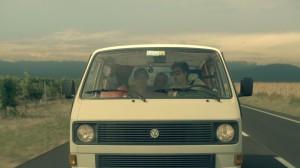 Enea und seine beiden Freunde Carlo und Alex in ihrem Bus (Bild: Farbfilm Verleih)