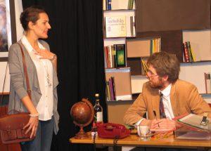 Frank (Daniel Rothenbücher) staunt: Seine Schülerin lernt schnell Bild: AMVi-Theater Erlangen