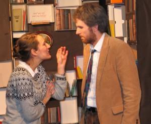 Rita (Carolin Strobl) will es ganz genau wissen Bild: AMVi-Theater Erlangen