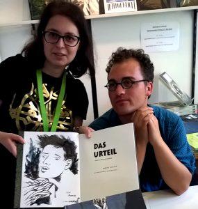 Moritz Stetter mit seinem Buch Das Urteil nach Franz Kafka Foto: Anna Levandovska