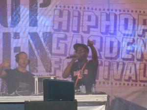 Afrob beim fleißigen Unterstützen seines Kollegen Dj Derezon. Zusammen sind sie das Afrob Soundsystem. Bild: Robin Trurnit