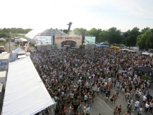 Auf der Hebebühne bot sich einem ein spektakulärer Ausblick über das Festivalgelände. Bild: Robin Trurnit