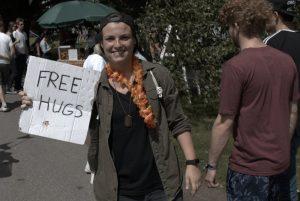 """Auch am Samstal lernten wir symphatische Leute kennen. Wie diese Frau mit dem obligatorischen """"Free Hugs"""" Schild. Bild: Frank Lerke"""