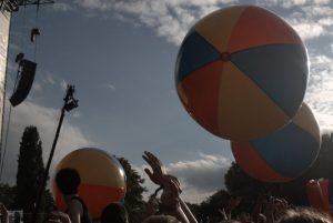 Riesige Bälle hüpften über die Menge. Bild: Frank Lerke