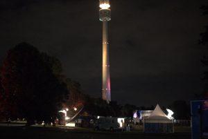 Der Fernsehturm erstrahlt, und weißt auch in der Nacht die Richtung zum Park Bild: Nico Hilscher